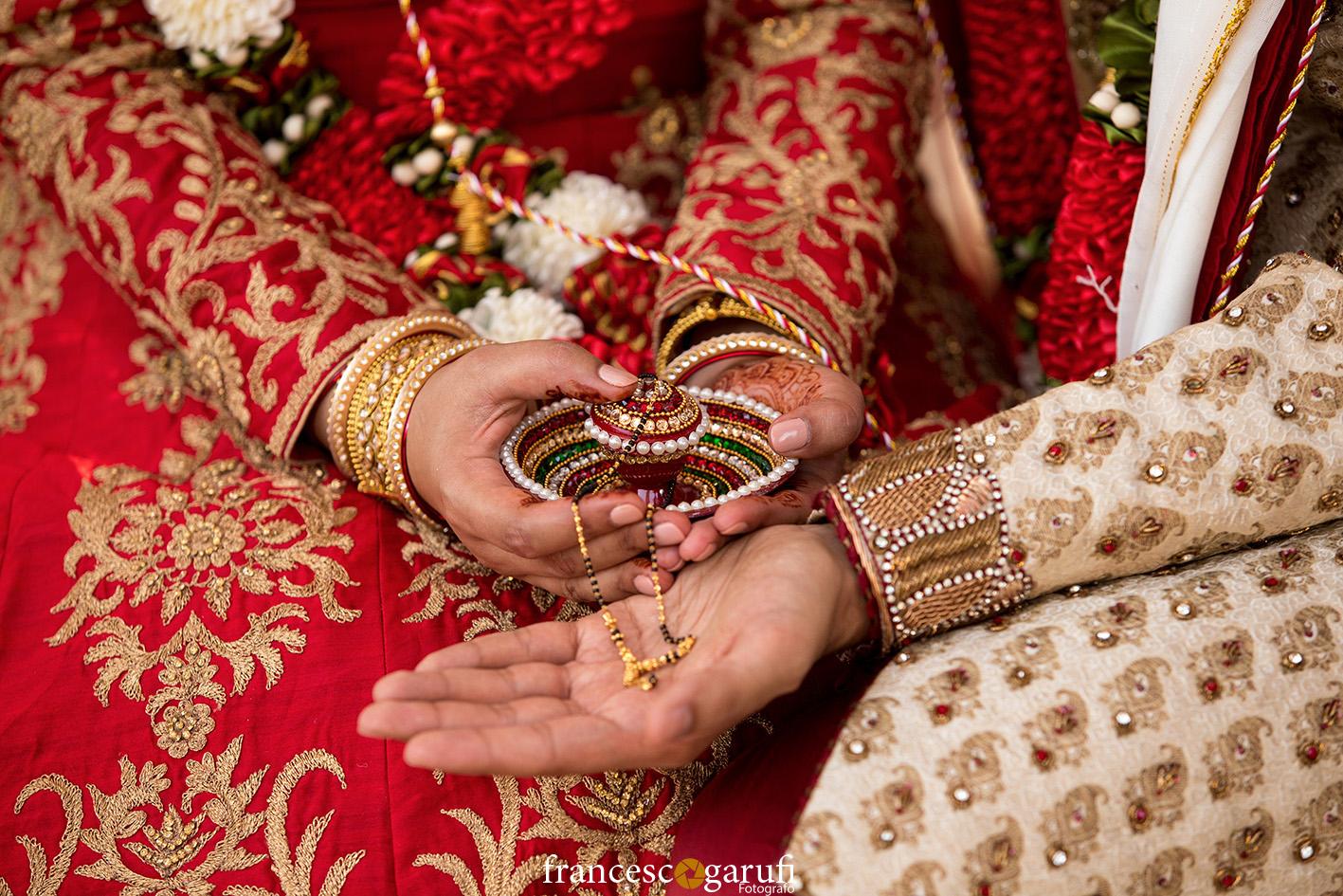 rituale con oggetto sacro in una cerimonia Hindu
