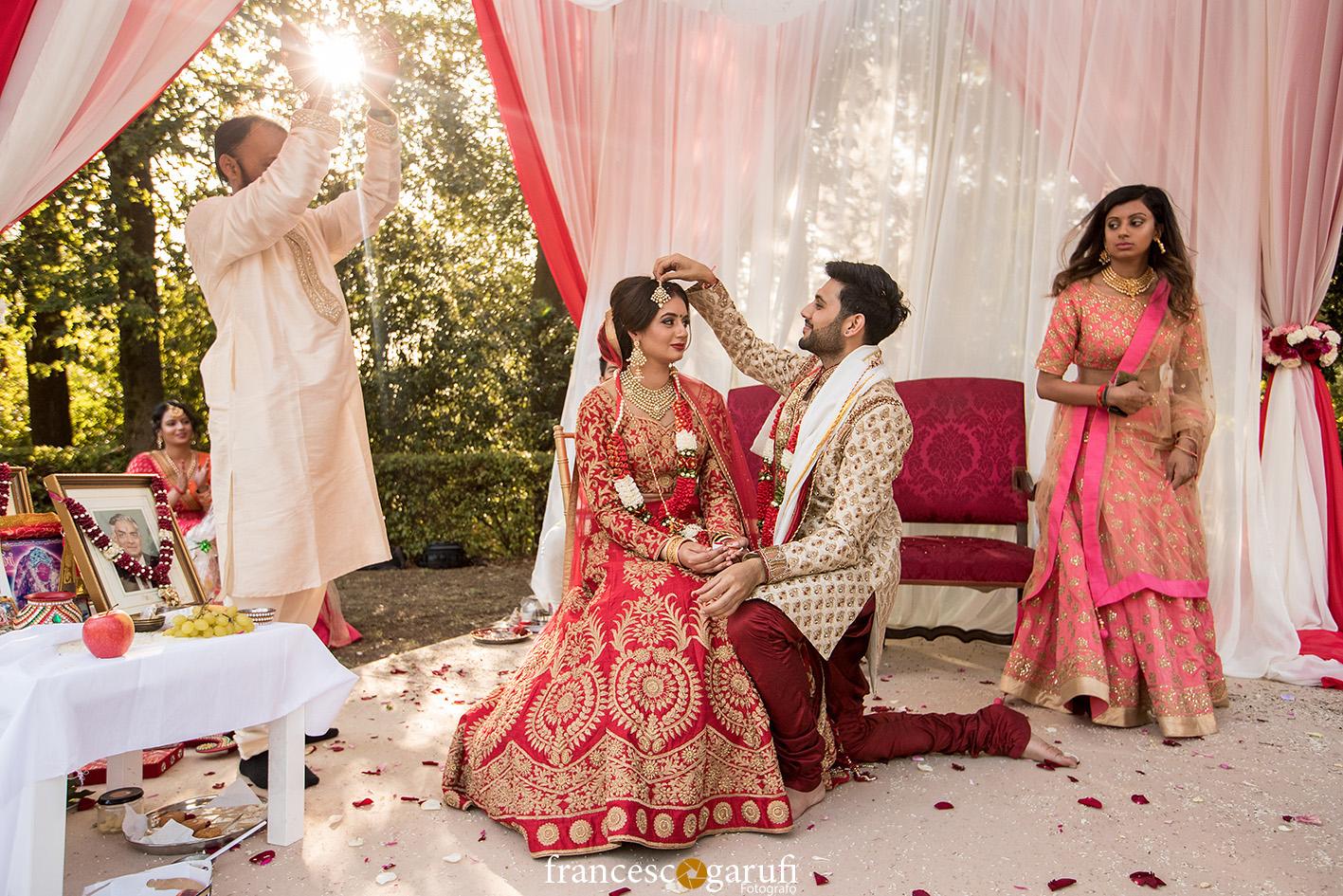 matrimonio Hindu sotto un tradizionale mandapa