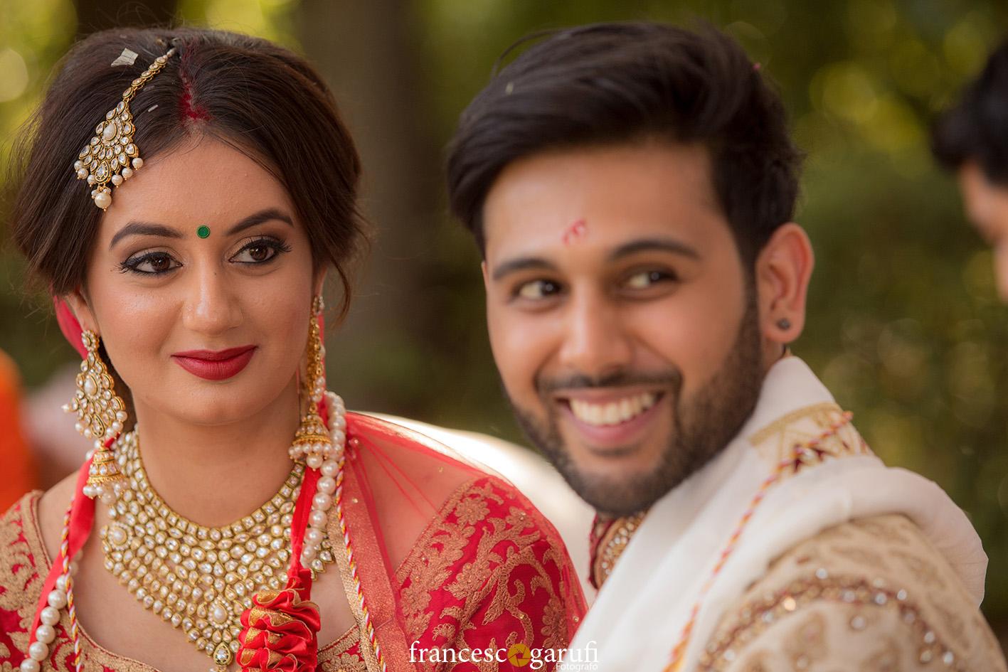 sguardi felici di due sposi indiani in Toscana