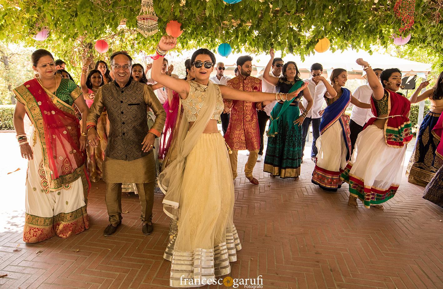 danze indiane di una cerimonia hindu in Toscana.