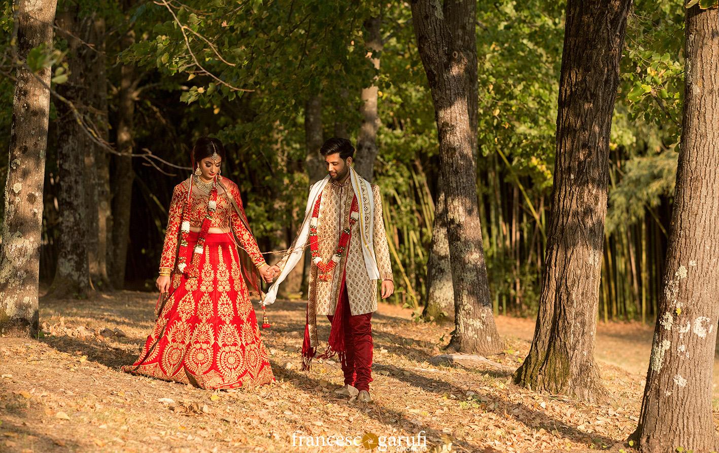 passeggiata coppia indiana nella natura in Italia