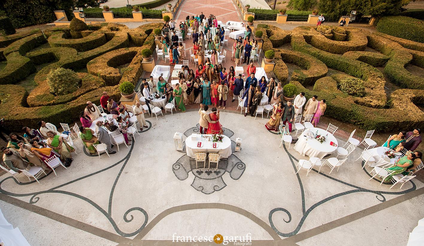 Matrimonio indiano in un giardino di una villa italiana